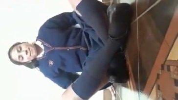 Mi prima colegiala tocando su conchita